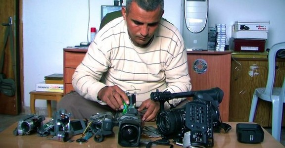 Emad Burnat mit den 'five broken cameras'